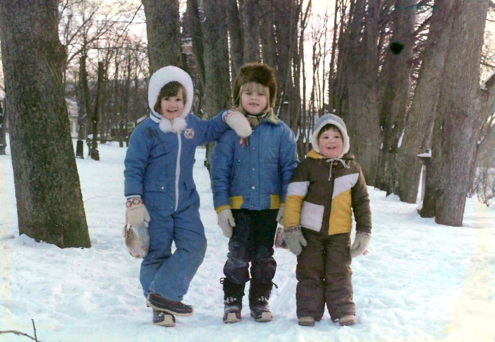 """חורף בשוודיה. יוגב (משמאל) עם חברה מקומית (במרכז) ואחיה דני. """"אהבתי מאוד את השלג ויכולתי לבלות שעות בחוץ"""" (צילום: אלבום פרטי)"""