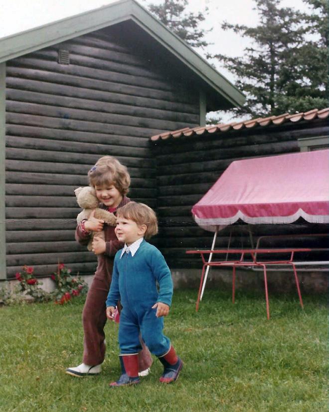 """תמונת ילדות עם האח בבית הקיץ בשוודיה. """"גדלתי כמו בסיפור אגדה"""" (צילום: אלבום פרטי)"""