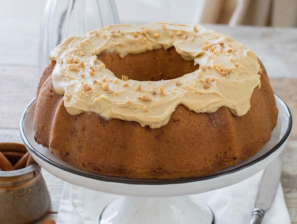 עוגת שוקולד לבן עם קרם אספרסו והל (צילום: דור משה)