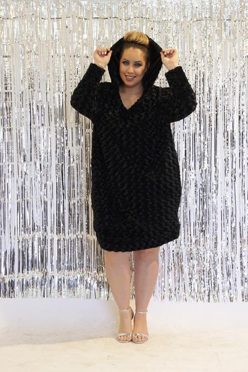 """""""היום יש הבנה אחרת לגבי פלאס סייז. אם לפני עשור היית אומר למישהי במידה 50 שהיא תלבש שמלה שקופה, היו מסתכלים עלייך כמו משוגע"""". מתוך הקולקציה (צילום: אוסנת הבדלה)"""