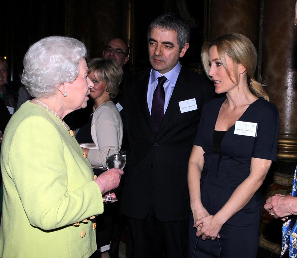 """עם השחקן רואן אטקינסון והמלכה אליזבת, 2012. """"בלונדון קל לי יותר להיות אני"""" (צילום: AP)"""