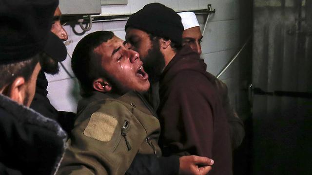 Родные боевика, убитого при обстреле наблюдательного пункта ХАМАСа. Фото: AFP