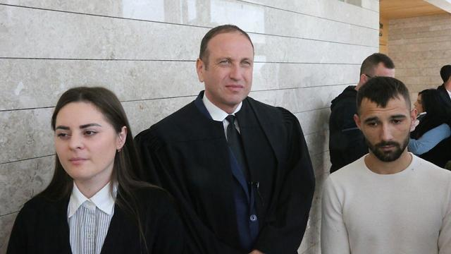 Родители Ясмин Винтa и адвокат Шкляр в суде. Фото: Моти Кимхи