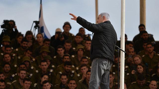 Нетаниягу выступает перед курсантами на военной базе в Шизафоне. Фото: Коби Гидеон/ЛААМ