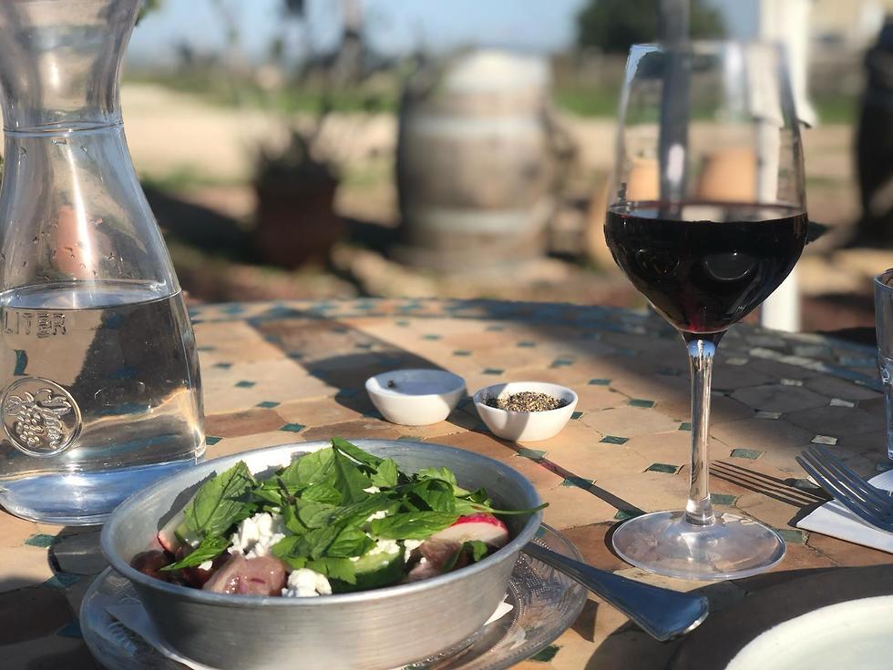 יין ואוכל טוב למול נוף כזה: צריך יותר? ()