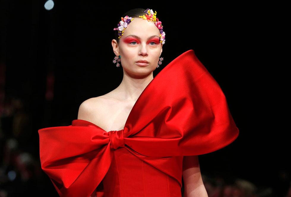 טרנד הפפיונים הבולט בעונת הטקסים הנוכחית בהוליווד, זוכה לרוח גבית מבתי האופנה המלבישים את הכוכבות. בין שלל הפפיונים על המסלול, אי אפשר היה להימלט מהפפיון העצום בשמלה האדומה בעיצוב אלקסיס מאביל, שגרם לה להיראות כמו אריזת מתנה (צילום: Pascal Le Segretain/GettyimagesIL)