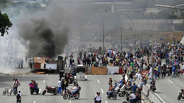 תומכים של מנהיג האופוזיציה ב ונצואלה חואן גוואידו ב הפגנה ב קראקס (צילום: AFP)