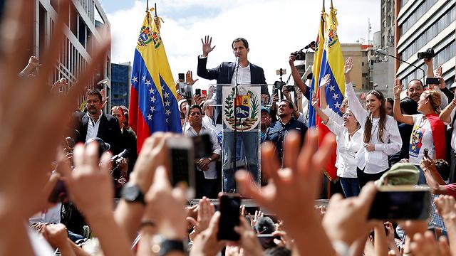 מנהיג האופוזיציה ב ונצואלה חואן גוואידו ב הפגנה ב קראקס (צילום: רויטרס)