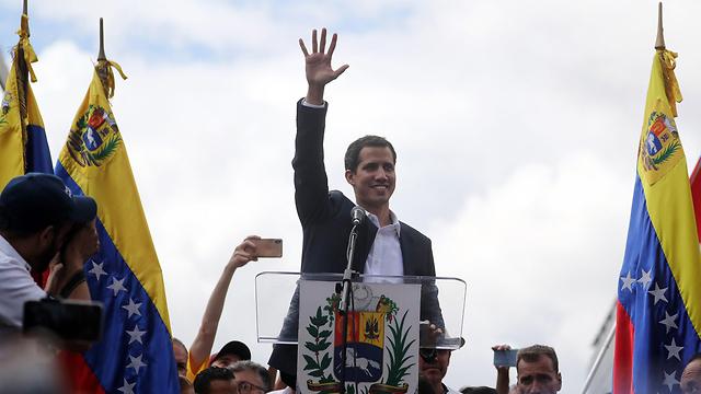 מנהיג האופוזיציה ב ונצואלה חואן גוואידו ב הפגנה ב קראקס (צילום: EPA)