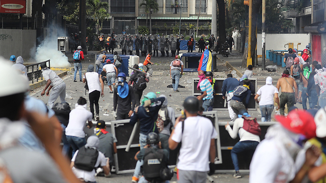 Supporters of Venezuelan opposition leader Guaido clash with security forces in Caracas (Photo: EPA)