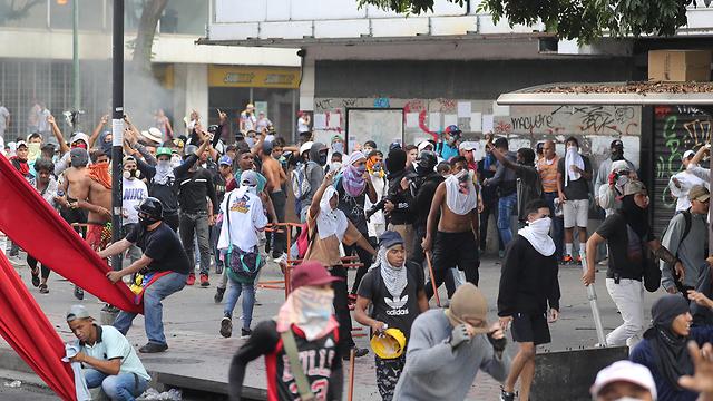 תומכים של מנהיג האופוזיציה ב ונצואלה חואן גוואידו ב הפגנה ב קראקס (צילום: EPA)