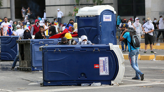Supporters of Venezuelan opposition leader Guaido clash with security forces in Caracas (Photo: gettyimages)