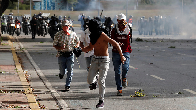 Supporters of Venezuelan opposition leader Guaido clash with security forces in Caracas (Photo: Reuters)
