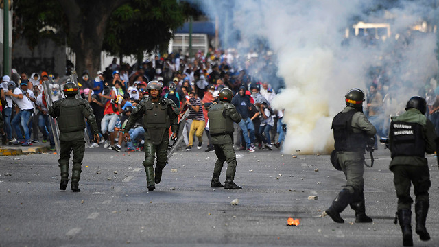 Supporters of Venezuelan opposition leader Guaido clash with security forces in Caracas (Photo: AFP)