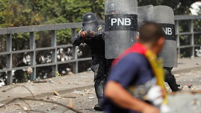 תומכים של מנהיג האופוזיציה ב ונצואלה חואן גוואידו ב הפגנה ב קראקס (צילום: רויטרס)
