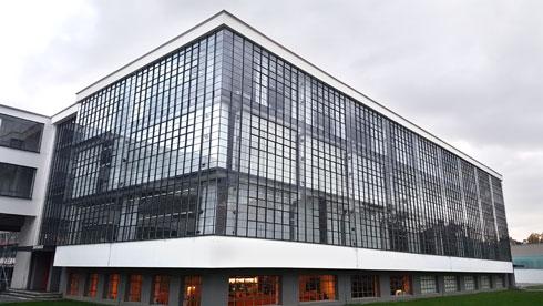 """קירות הזכוכית הייחודיים שימשו את הסדנאות. בקומת הקרקע החפורה פועלת קפיטריה נחמדה (צילום: איתי כ""""ץ)"""