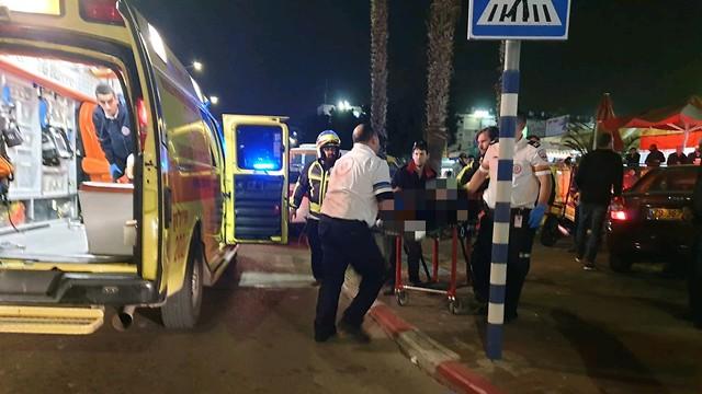 אירוע דקירה בשדרות דוד המלך בלוד (צילום: דוברות מד