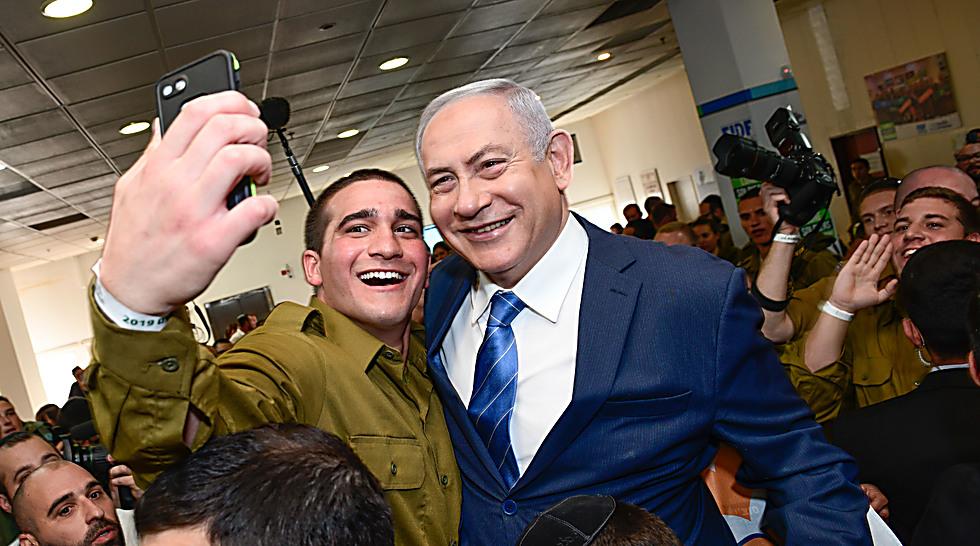 סלפי עם ראש הממשלה (צילום: שחר עזרן)