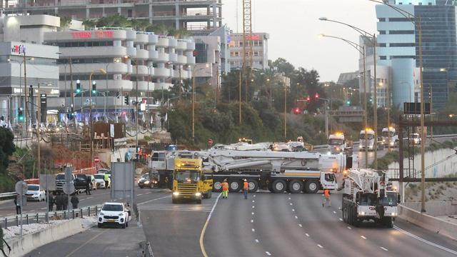 Construction of a pedestrian bridge over the Ayalon highway in Tel Aviv (Photo: Motti Kimchi)