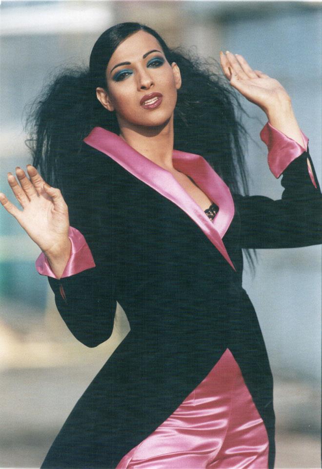 הביאה לאופנתיות הישראלית המתפתחת הופעות בלתי נשכחות, עם מחוכים מוגזמים ושמלות חובקות גזרה. 1996 (צילום: אפי שריר)