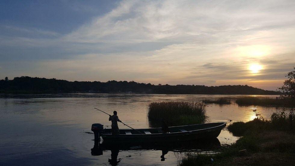 ימאי עם סירה קטנה חוצה את הנילוס בשלווה.   (צילום: משה גלנץ)