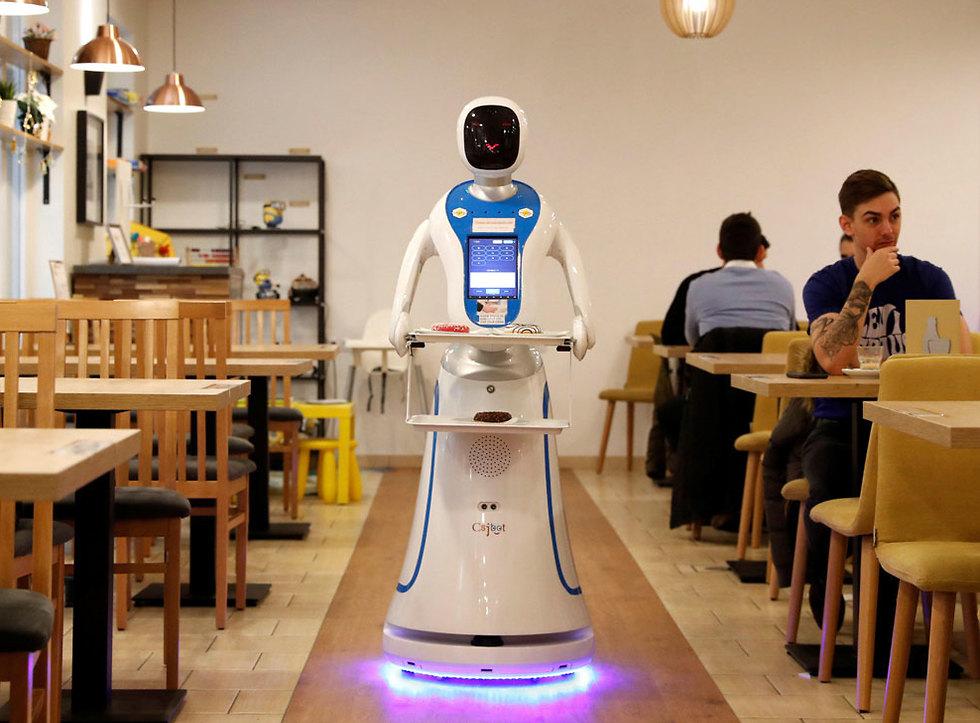 הונגריה בודפשט רובוט רובוטים מלצרים מגישים קפה אוכל מסעדה (צילום: רויטרס)