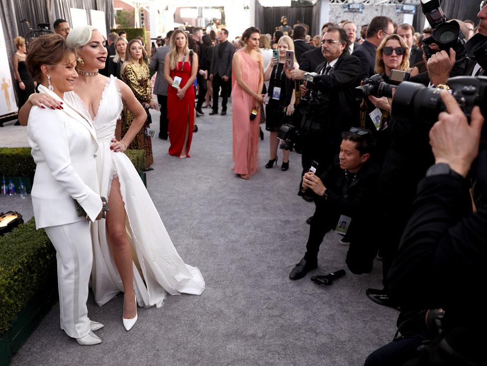אף שחקנית לא פספסה הזדמנות להצטלם לצד קרטריס. עם ליידי גאגא בטקס פרסי איגוד השחקנים האמריקאי, 2019 (צילום: AP)