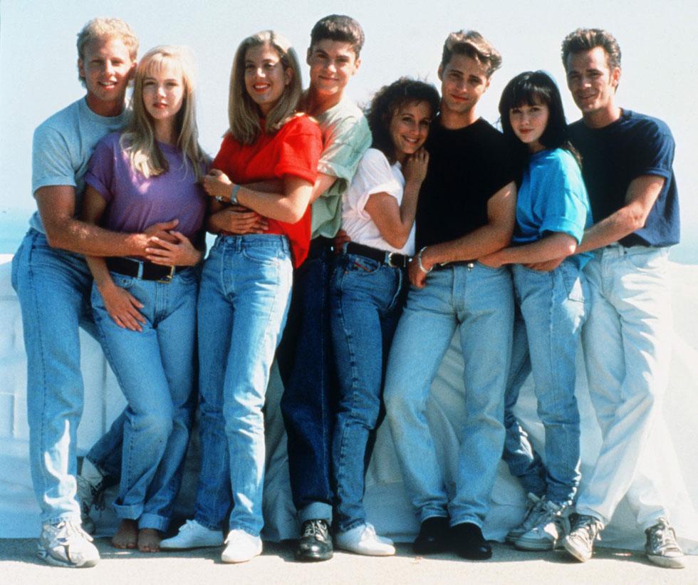 """""""אהבתם אותנו אז – תאהבו אותנו עכשיו"""". כוכבי """"בברלי הילס 90210"""" בשנת 1990 (צילום: rex/asap creative)"""