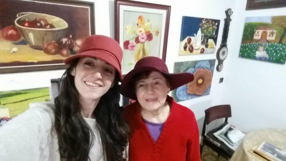 הסטודנטית אנבל יעקב עם מלכה ליברמן בת ה-92 (צילום עצמי)