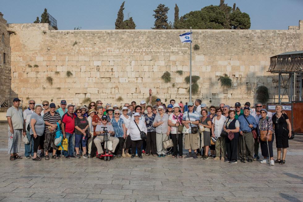 ניצולי שואה בסיור של הסוכנות היהודית בירושלים (צילום: דוד סאלם)