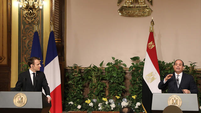 Egyptian President Abdel-Fattah el-Sissi (R) and his French counterpart Emmanuel Macron hold a joint press conference in Cairo on January 28, 2019.