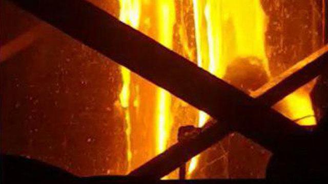 דליפת זכוכית מותכת מהתנור במפעל פניציה (צילום: דוברות כבאות והצלה מחוז צפון)