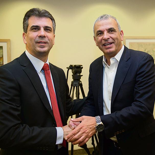 Finance Minister Moshe Kahlon (R) and Economy Minister Eli Cohen