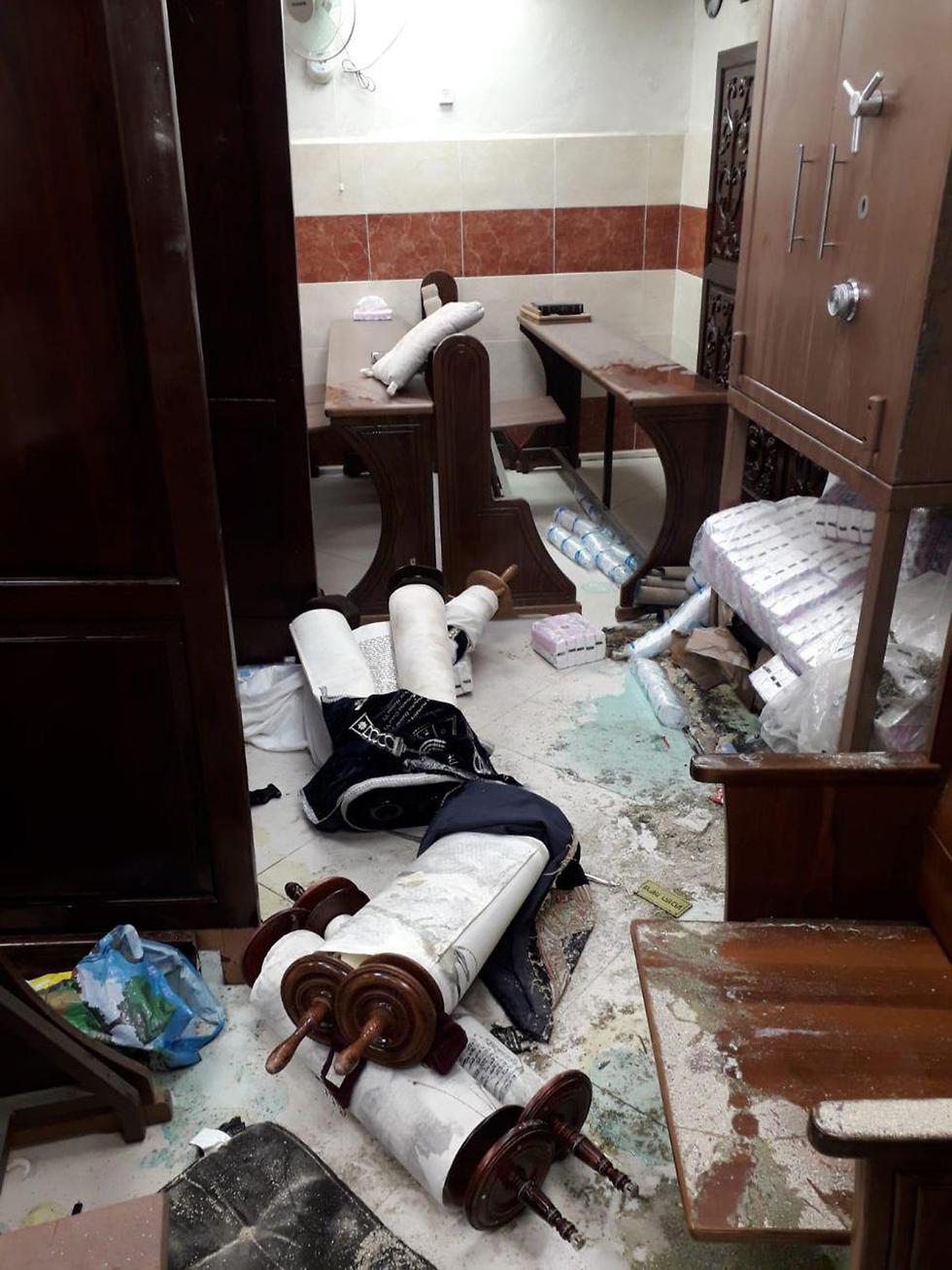 הנזק בבית הכנסת לאחר הפריצה ()