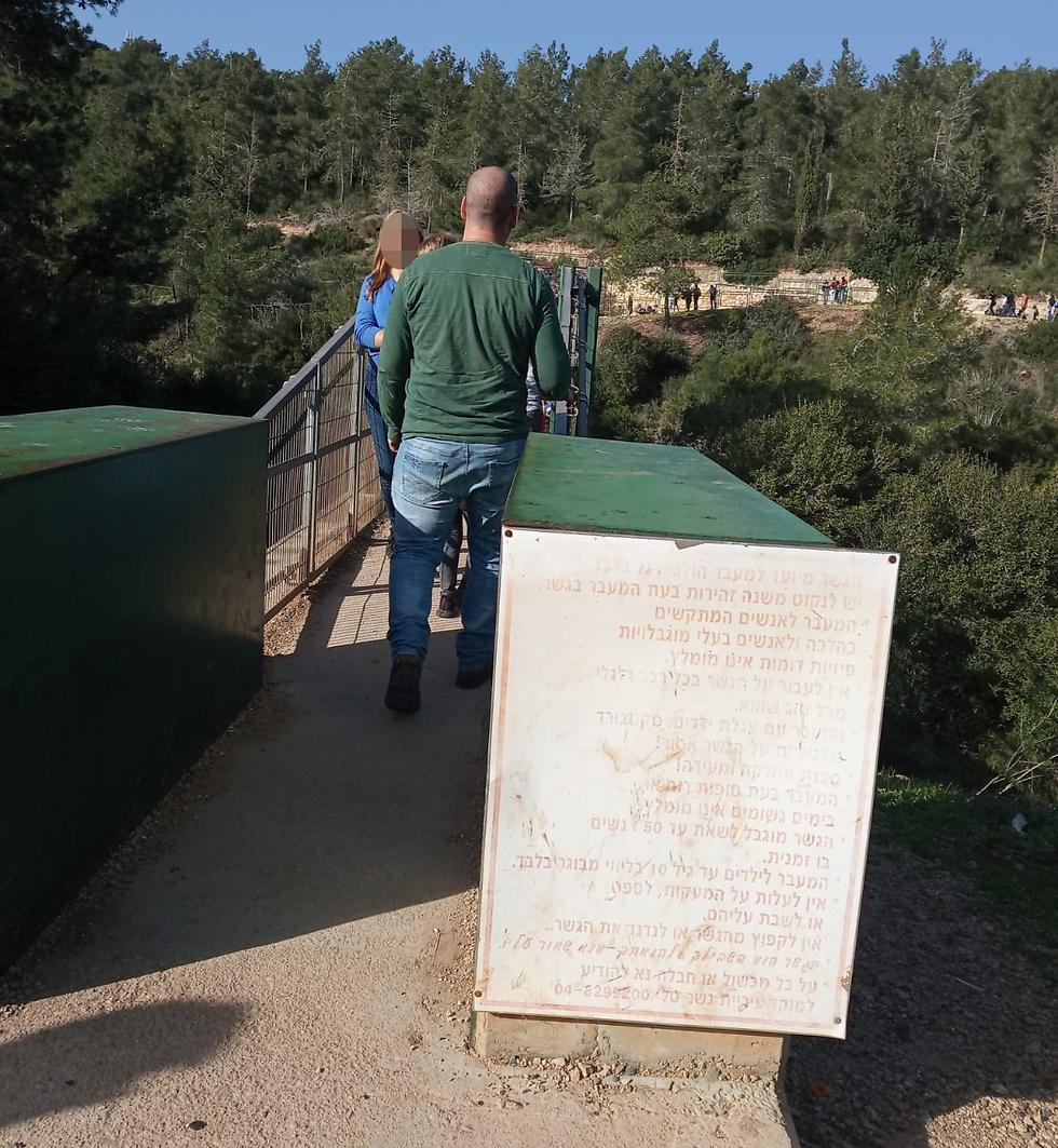 Щит с предупреждением у входа на мост. Фото: Гай Гонен