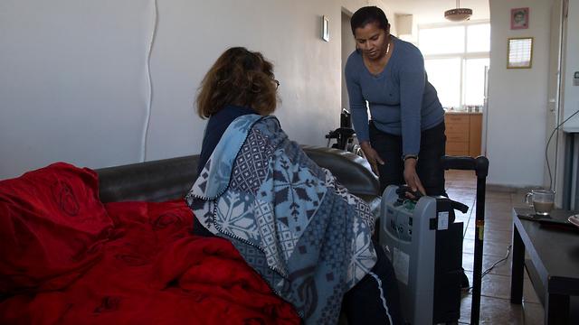 עתירה נגד משרד השיכון אישה סיעודית הנעזרת במטפלת צמודה נאלצת לישון בסלון כדי לאפשר תנאים נאותים למטפלת שישנה בחדר נפרד  (צילום: עמית שאבי)