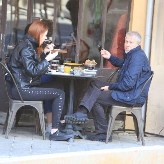 Миллиардер и его спутницы в кафе. Фото: Моти Левтон