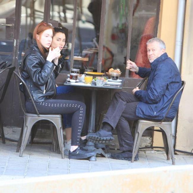 Роман Абрамович в простом кафе в Тель-Авиве. Фото: Моти Левтон