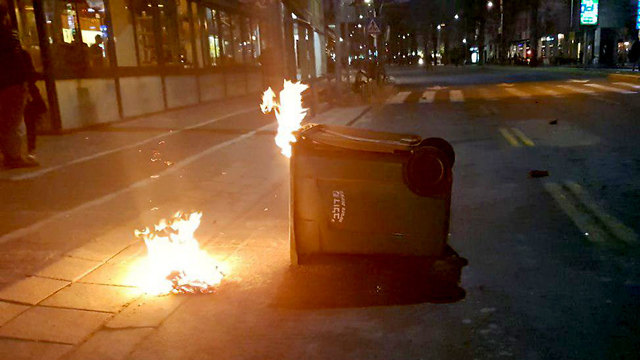 Dozens of protesters burn trash cans (Photo: Israel Police)