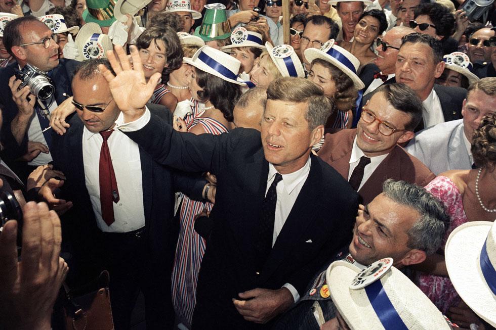 """ג'ון קנדי במהלך מסע הבחירות שלו לנשיאות, לוס אנג'לס, 1960.  """"החירות חוגגת את ניצחונה"""" (צילום: AP)"""