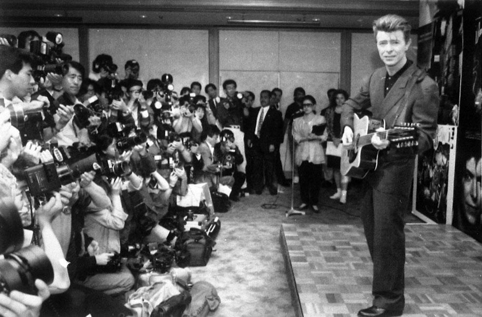 """במסיבת עיתונאים בטוקיו, 1990. """"שאו עיניים, אני בשמיים"""" (צילום: AP)"""