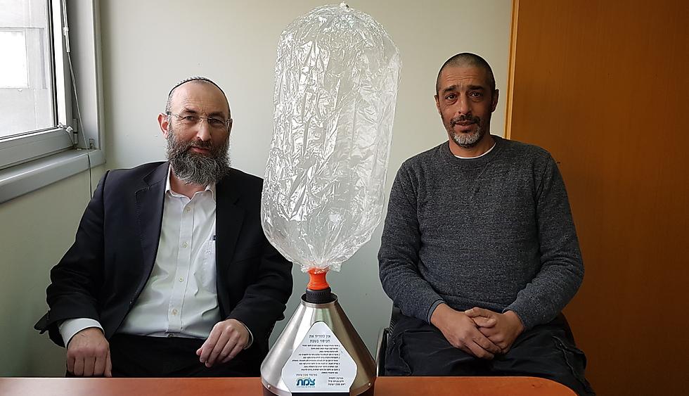Lior Meshulam and Rabbi Menachem Perl with  the Shabbat-friendly device (Photo: Shmulik Klein)