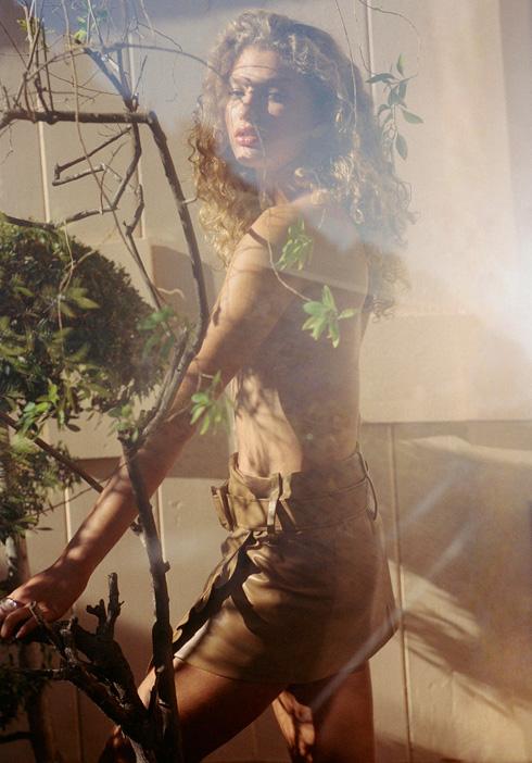 """""""כולם שואלים על התלתלים! כשאני מתעוררת אני עושה גולגול בשיער, מתלבשת, מתארגנת, ובמעלית משחררת. ככה זה מסתדר"""" (צילום: yelena yemchuk)"""