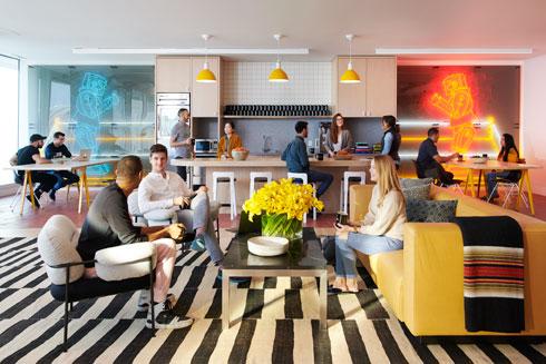 הרעיון הבסיסי משותף לכל הסניפים בעולם: שטיחים, פרחים וכריות, שמקנים תחושה ביתית (צילום: WeWork)