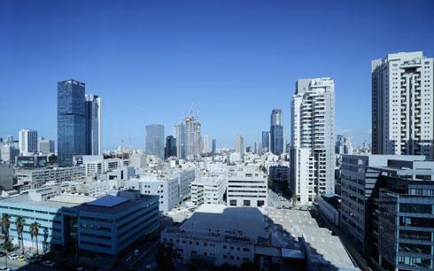 הנוף, והצל שמטיל הבניין (צילום: איל מרילוס)