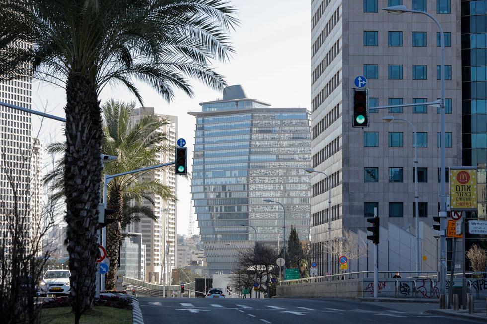 את הענק שהתרומם ממזרח למחלף השלום בת''א אי אפשר היה לפספס בשנתיים האחרונות (בתמונה: מבט מכיוון קרית הממשלה). בעתיד מתוכנן להצטרף אליו מגדל נוסף, בן 60 קומות (צילום: איל מרילוס)