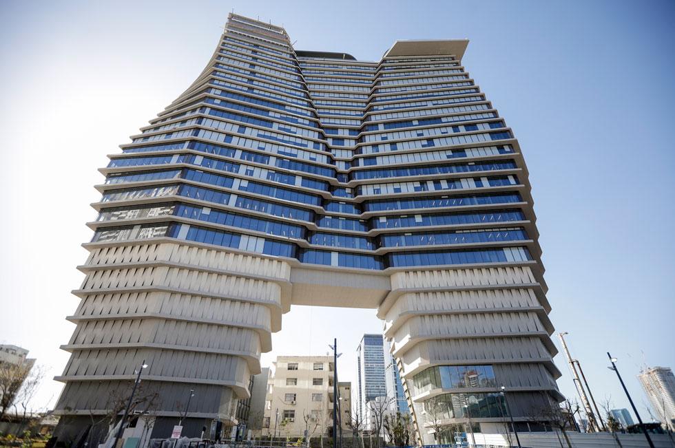 למרגלות הבניין. ענק בעל שלוש רגליים מחופות משטחי דקטון (צילום: איל מרילוס)