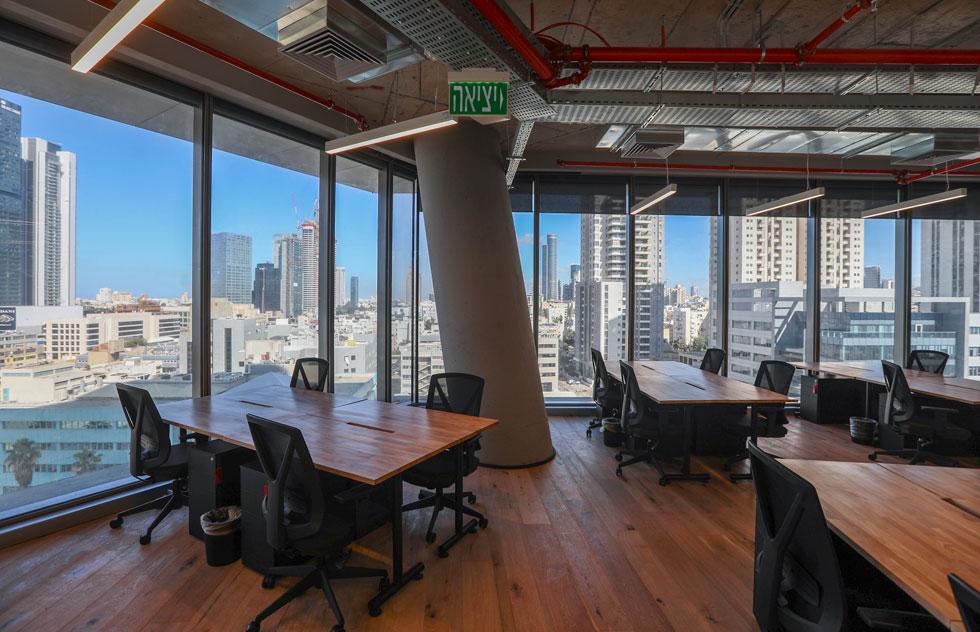עמוד התמך העגולים והמרשימים של הבניין חוצים את המשרדים באלכסון והופכים גם את הבנאליים שבהם למעניינים יותר (צילום: איל מרילוס)