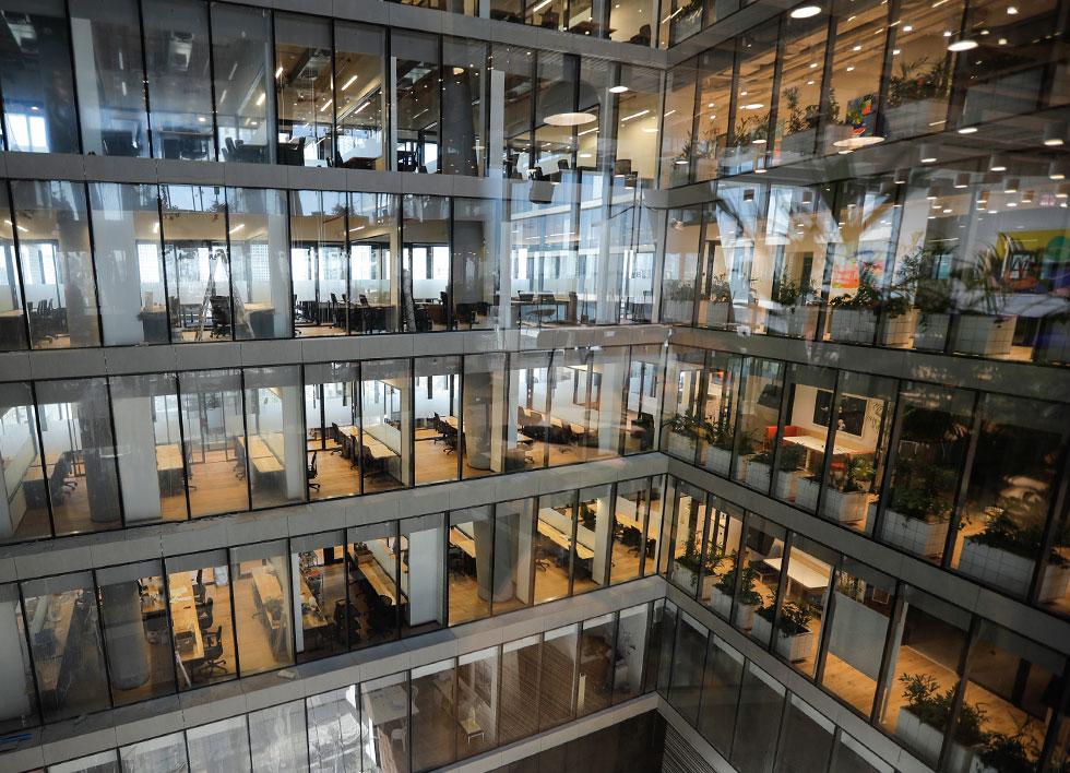 דרך הקירות השקופים הפונים לאטריום אפשר להשקיף על המשרדים השכנים (צילום: איל מרילוס)
