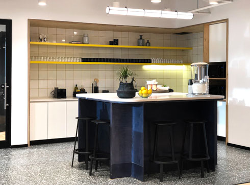 אחד המטבחים הקומתיים. רצפת טראצו (צילום: WeWork)